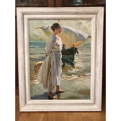 mujer ante barco de pesca