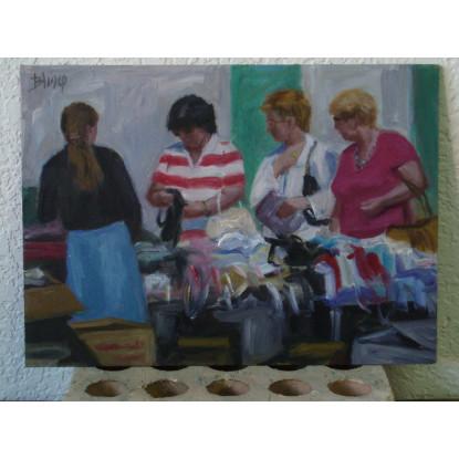 Tres mujeres de compras en el mercadillo
